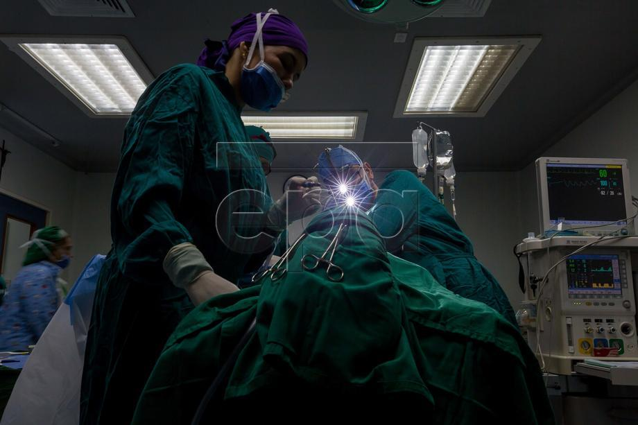 (01/21) The doctor Frolian Paez (C) does a surgical procedure of a structural rhinoplasty, in Caracas, Venezuela, 24 August 2019.  Every six minutes, someone in Venezuela is subject to cosmetic surgery. In a country where millions of inhabitants suffer from a shortage of medicines, thousands are prepared to spend 50-years of minimum wage just for looking beautiful. The Venezuelan Society of Plastic Surgery reported figures of 200 US dollar millions spent by customers in 2018. Every one of the 700 society members conducts, on average, ten operations per month, for 84.000 surgeries per year during the last decade.  EPA-EFE/Miguel Gutierrez