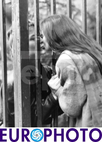 A mother and her daughter kiss farewell through a fence of the Federal German Embassy to Czechoslovakia in Prague, 30 September 1989. GDR authorities had permitted the emigration of thousands of GDR citizens occupying the Federal German Embassies to Czechoslovakia and Poland.